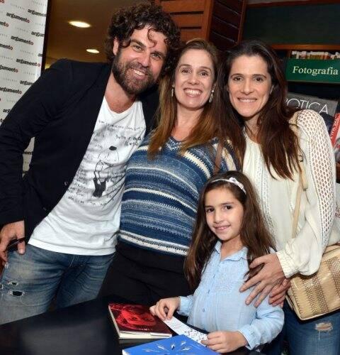 Línox, Astrid e Ingrid Guimarães com a filha, Clara