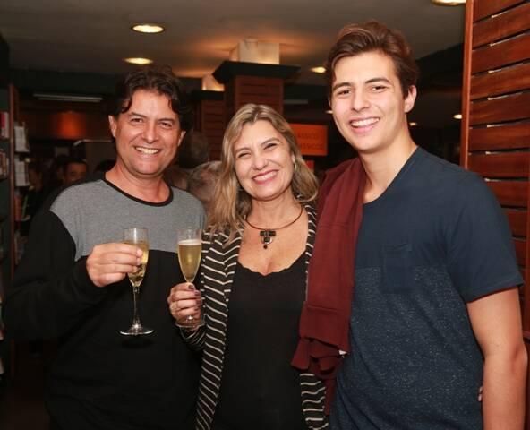 Marcio de Souza com a mulher Débora e o filho Mateus