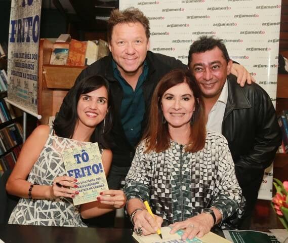 Os chefs Claude Troisgros e Batista com as autoras Renata Monti e Luciana Fróes