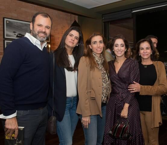 Antonia com os Figueira de Mello: Erick, Joana (Oakim de casada), Anne e Cinthia