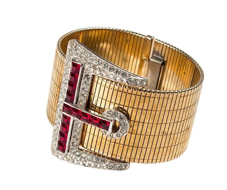 """Bracelete usado no filme """"Sons o' Fun"""",  banhado a ouro, com decoração articulada imitando fivela de cinto. Acompanha foto documental de procedência. Lance inicial de R$ 3 mil  /Foto: Reprodução"""