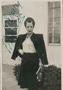 Rara foto instantânea autografada do início da carreira de Carmen no estúdio da gravadora Decca, Nova York, 1939. Valor inicial de R$ 1 mil /Foto: Reprodução