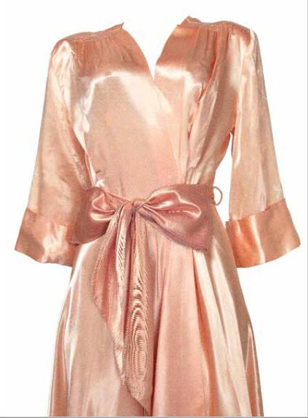 O robe pessoal, em que Carmen foi encontrada morta na década de 1950, vai a leilão com lance inicial de R$ 1 mil /Foto: Reprodução
