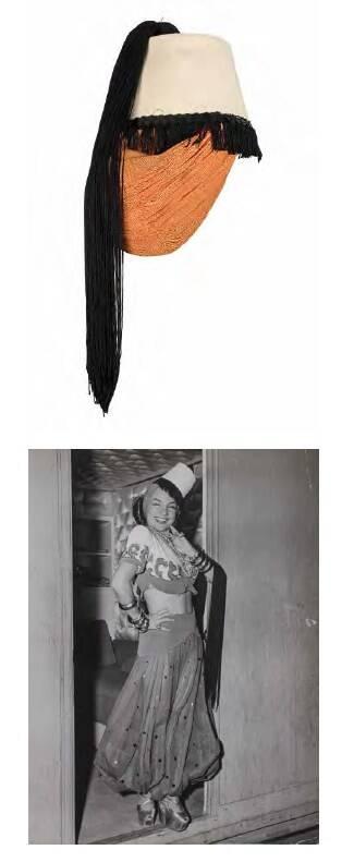 """Turbante em jersey com etiqueta numerada usado para publicidade do filme """"Greenwich Village"""". Acompanha foto documental (1944). Valor inicial de R$ 800  /Foto: Reprodução"""
