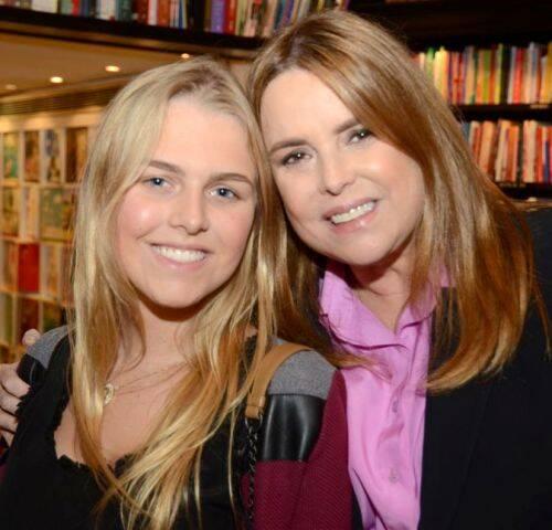 Ana Carolina Mendes de Almeida com sua mãe, Mônica Góes