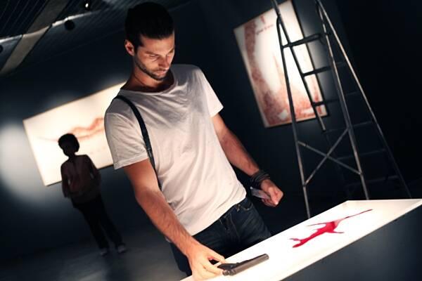 O artista plástico utiliza sangue como matéria prima
