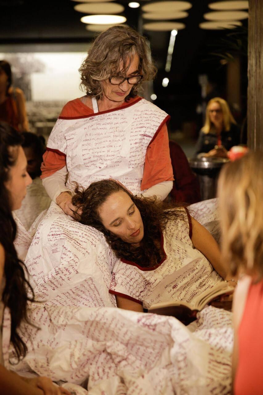 Rute e Mana Bernardes no centro do vestido /Foto: Roberto Pontes