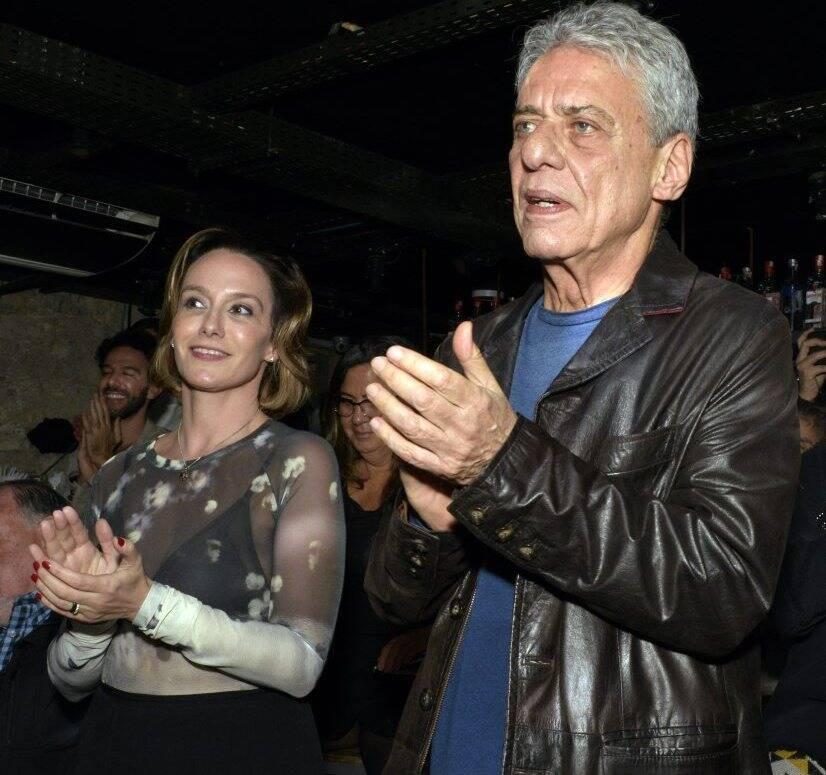 O casal Carol Proner e Chico Buarque  - Foto:  Cristina Granato