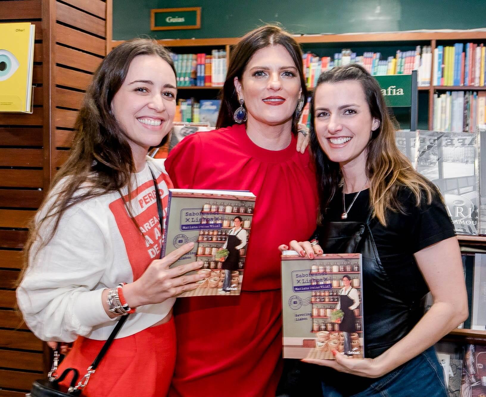 Mariana Vidal entre as cantoras Roberta Sá e Anna Ratto / Foto: Miguel Sá