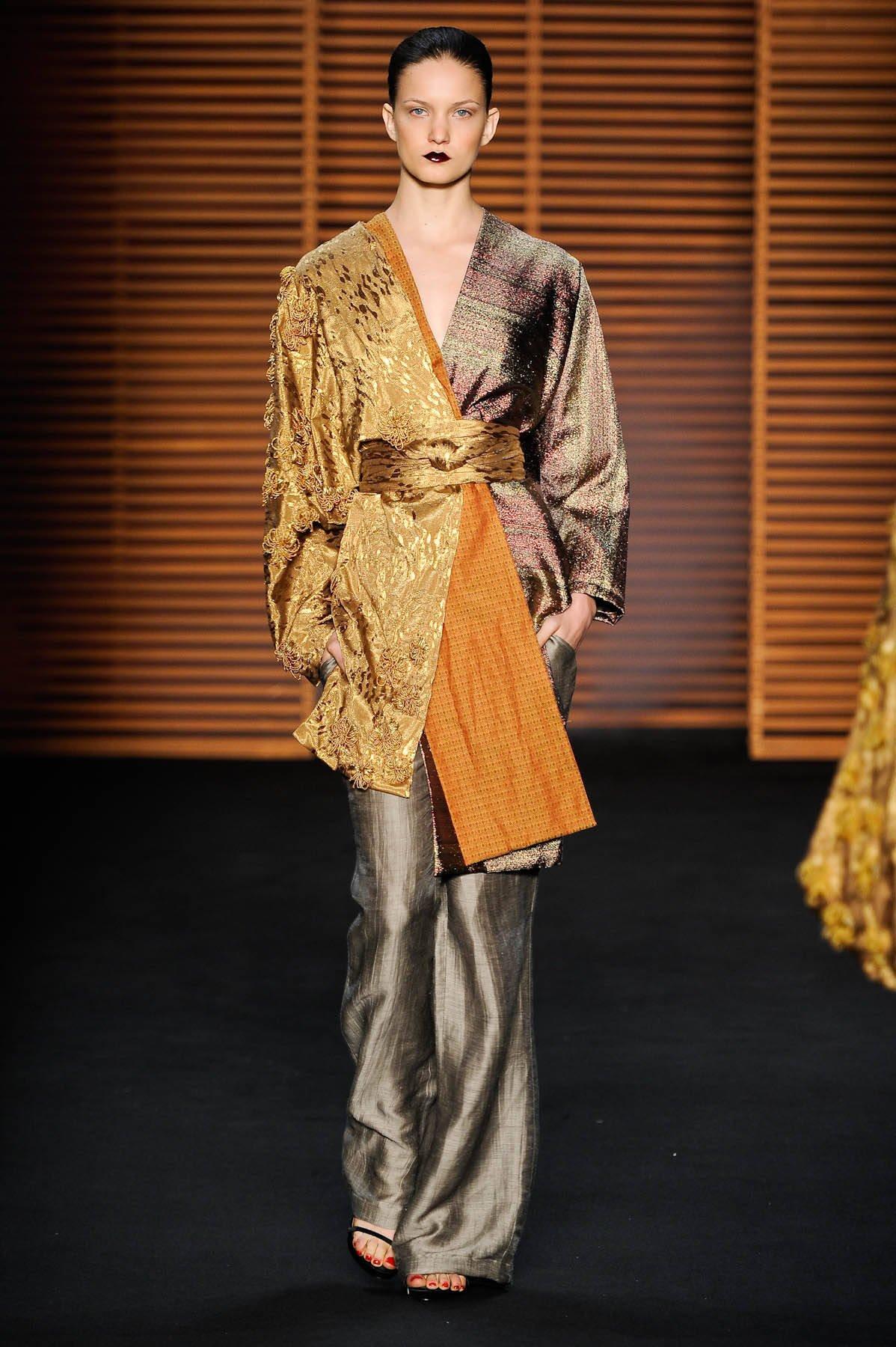 """A Patachou também apostou no Oriente, mas de forma mais óbvia, principalmente nas formas. Ponto bacana foi esse """"kimono"""" com novo olhar, num mix de tecidos e texturas. A marca também usou e abusou dos """"obis"""", que são aquelas faixas usadas como cintos"""