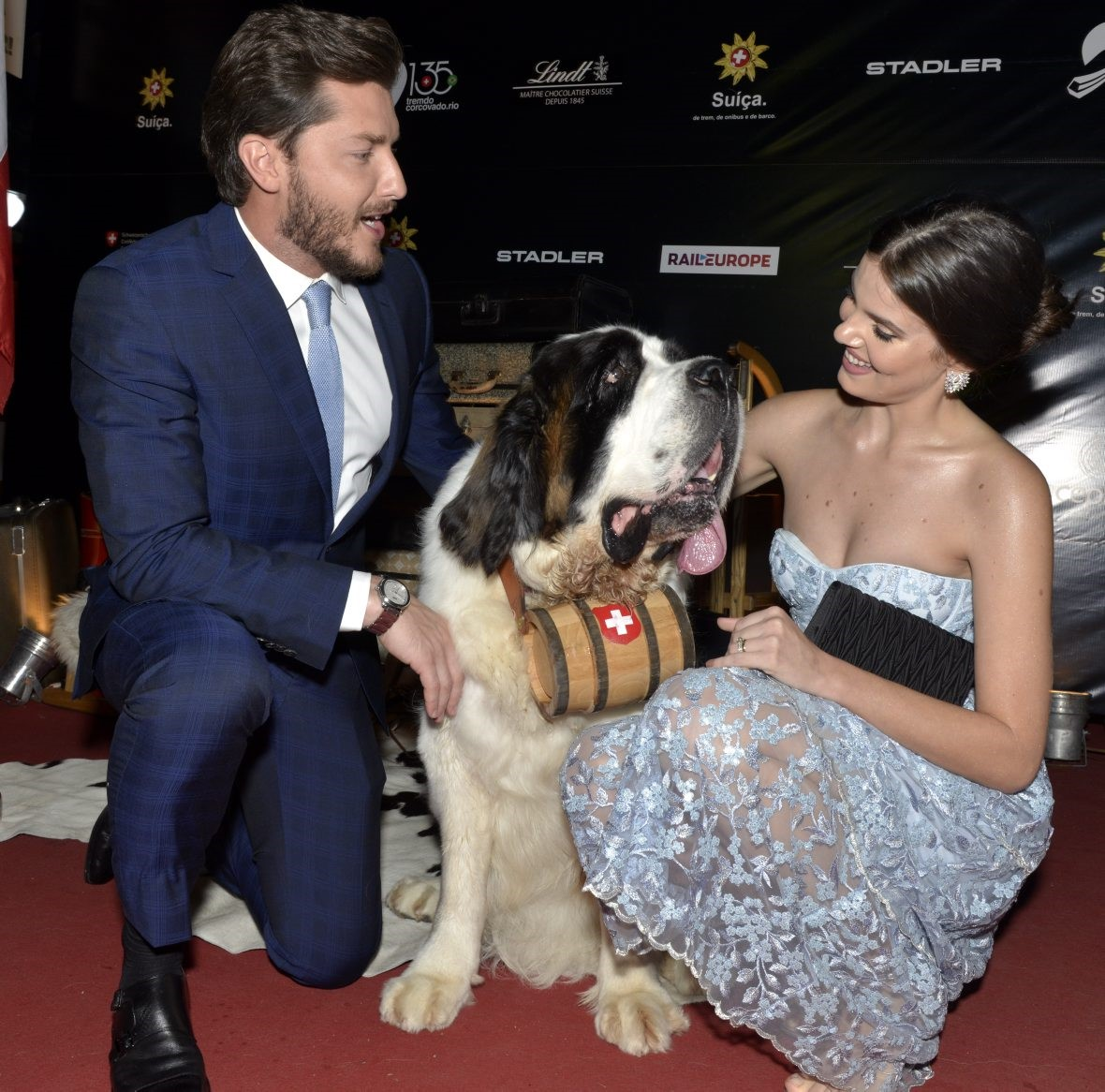 Klebber Toledo  e  Camila Queiroz  com a cadela Sofia   /Foto: Cristina Granato