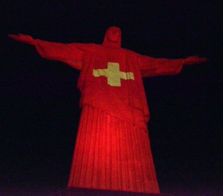 O Cristo iluminado de vermelho /Foto: Cristina Granato