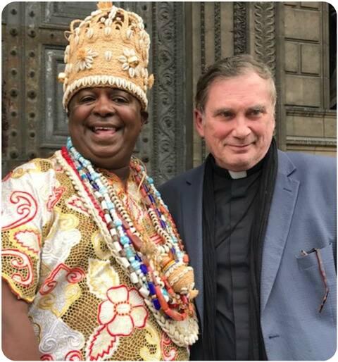 O realizador do evento, Roberto Chaves, o Babalorixá Pai Pote, e o padre da igreja