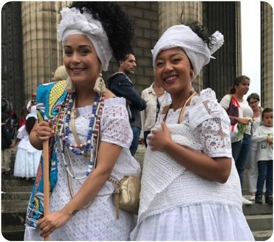 As lindas baianas Stefani Lima e Luna, na hora da lavagem da escadaria da igreja de la Madeilene