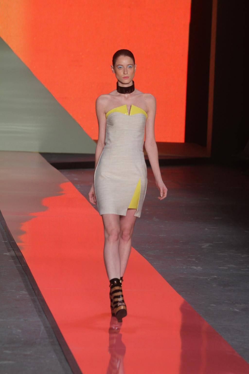 Giulia Borges: alerta anos 70 – de novo ! – para a marca. Ponto forte das peças: barras assimétricas e a brincadeira da sobreposição – não só na modelagem como nos tecidos.