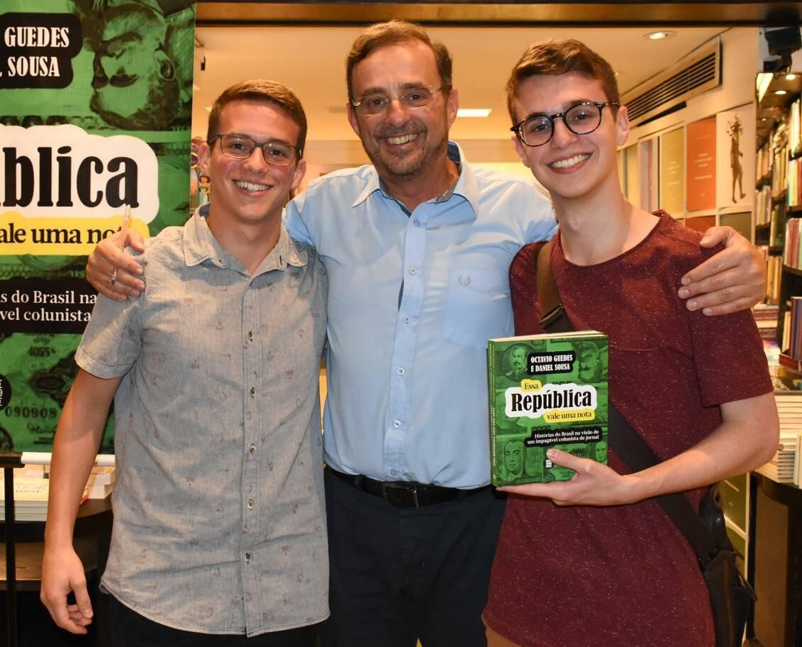 Octavio Guedes entre os filhos, Caio e Tito /Foto: Cristina Lacerda