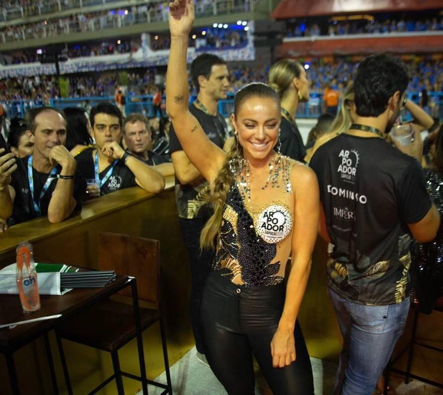 Muitos olhares para Paolla Oliveira  /Foto: Thiago Cardoso