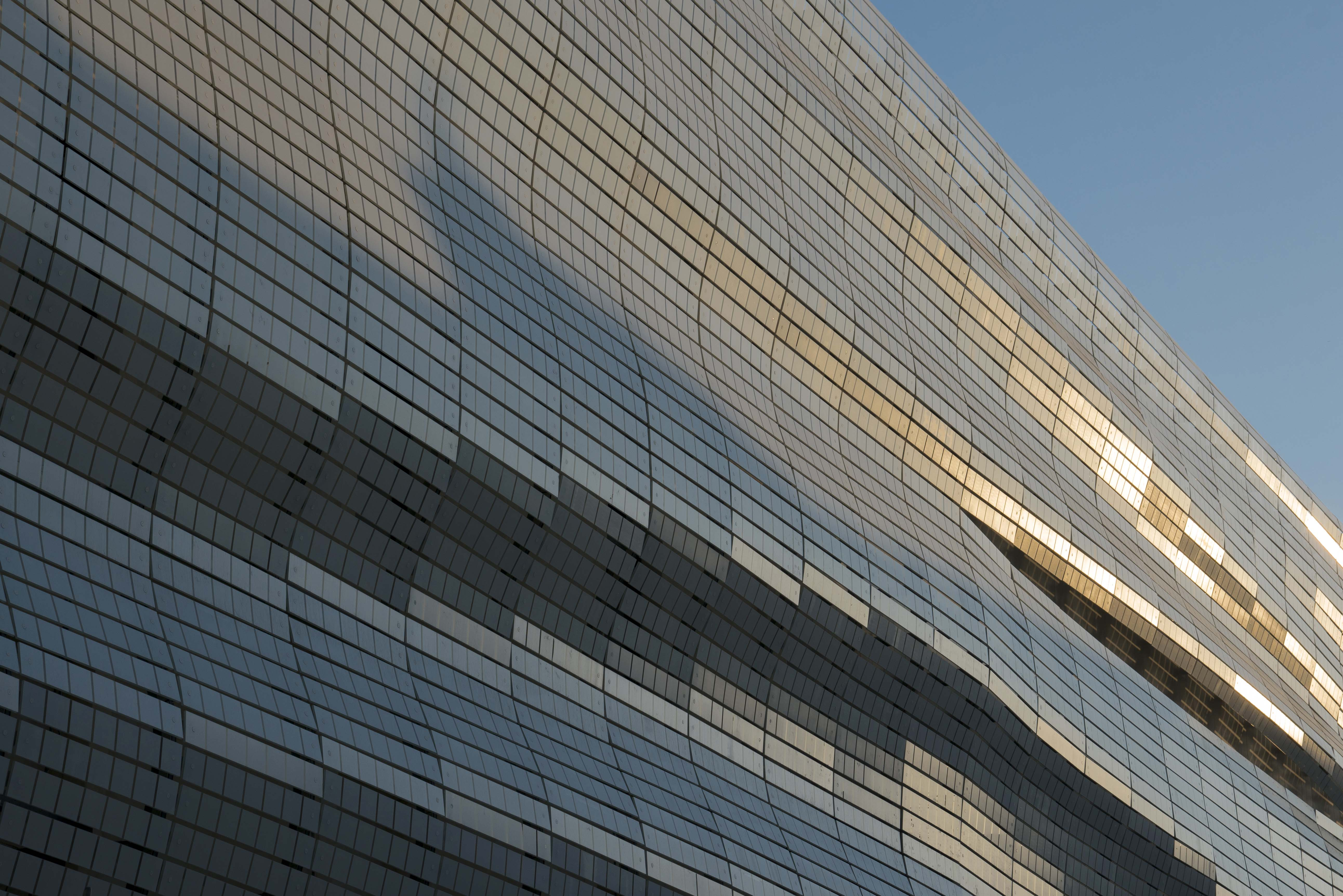 A fachada do Musée de La Romanité, em Nîmes, inaugurado em junho de 2018, reflete as mudanças de luminosidade durante o dia /Foto: Serge Urvoy