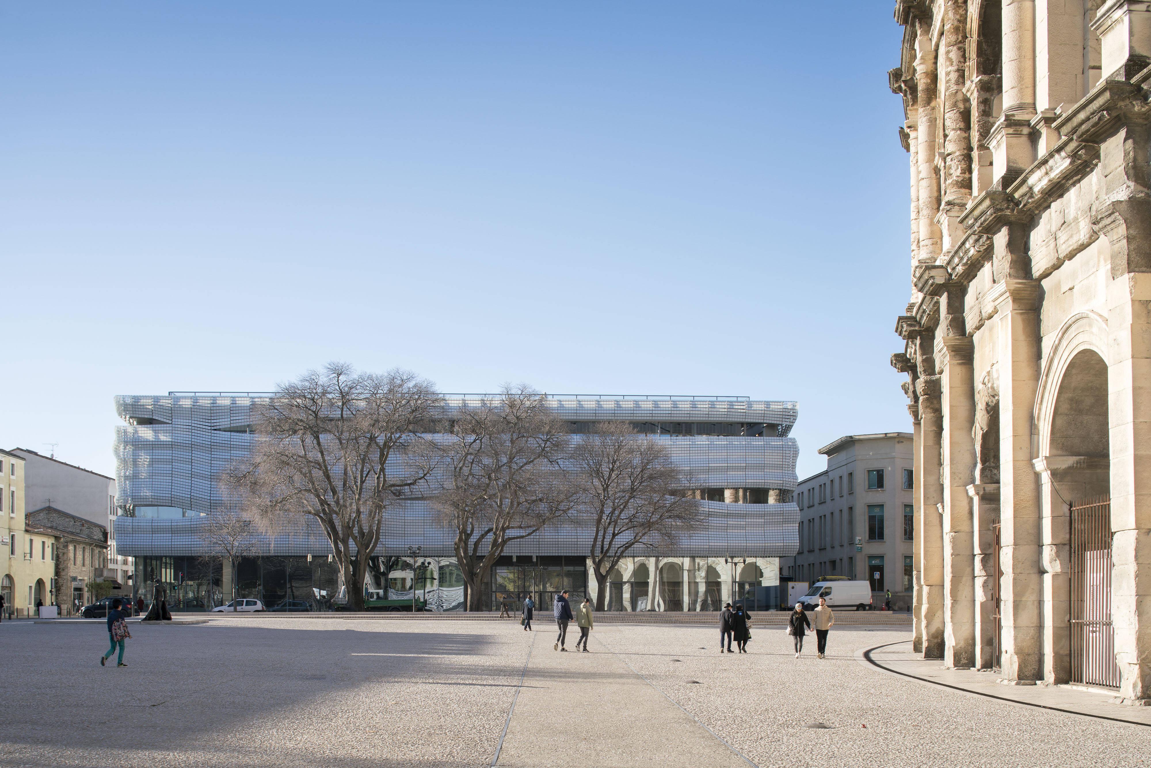 A visão do museu com as colunas históricas de Nîmes /Foto: Nicolas Borel