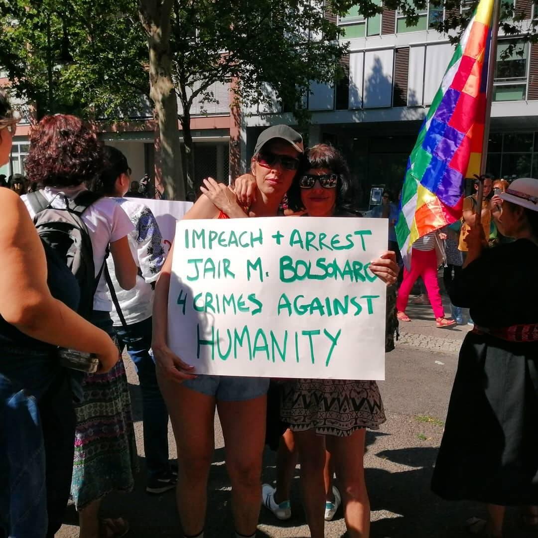"""Manifestantes pedem no cartaz: """"Impeachment e prisão para Jair Bolsonaro. Quatro crimes contra a humanidade"""", em Berlim  /Foto: Reprodução"""