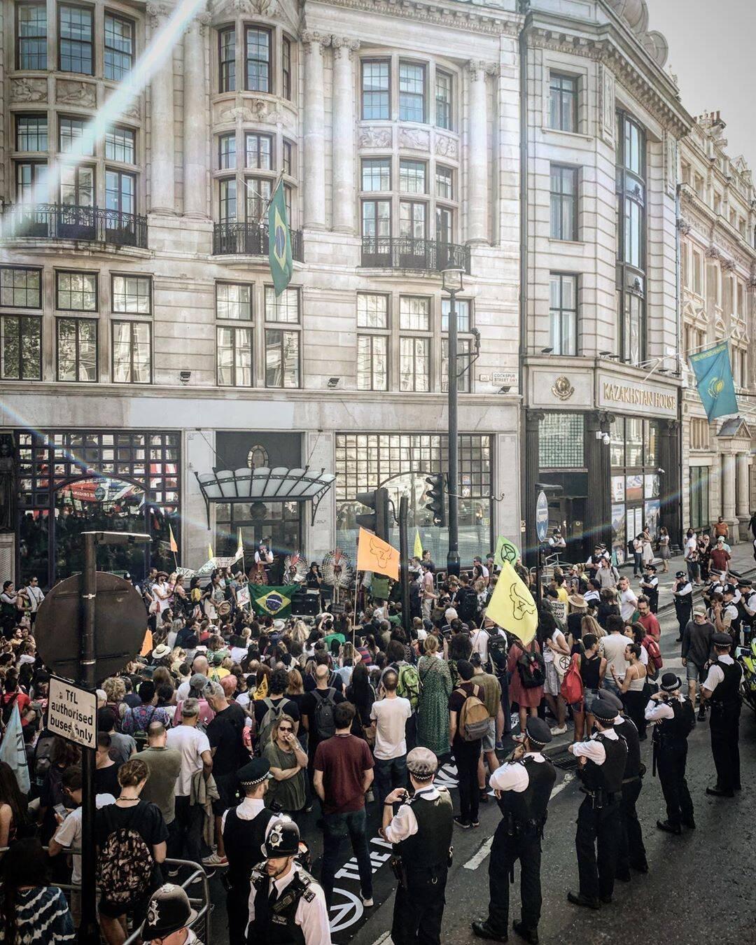As proximidades da embaixada inglesa lotada de manifestante /Foto: Reprodução
