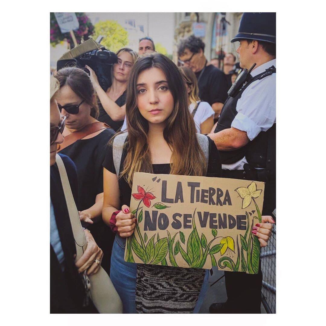 """""""A Terra não se vende"""", de uma protestante em Londres  /Foto: Reprodução"""