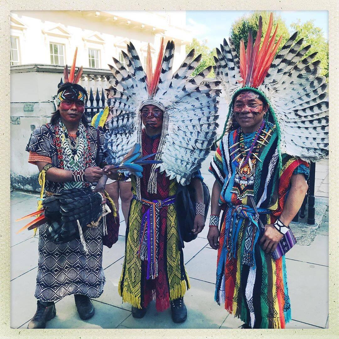 indígenas à caráter em frente à embaixada do Brasil em Londres /Foto: Reprodução
