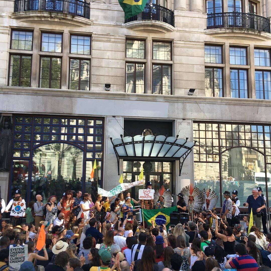 O prédio da embaixada brasileira em Londres ficou lotada  /Foto: Reprodução