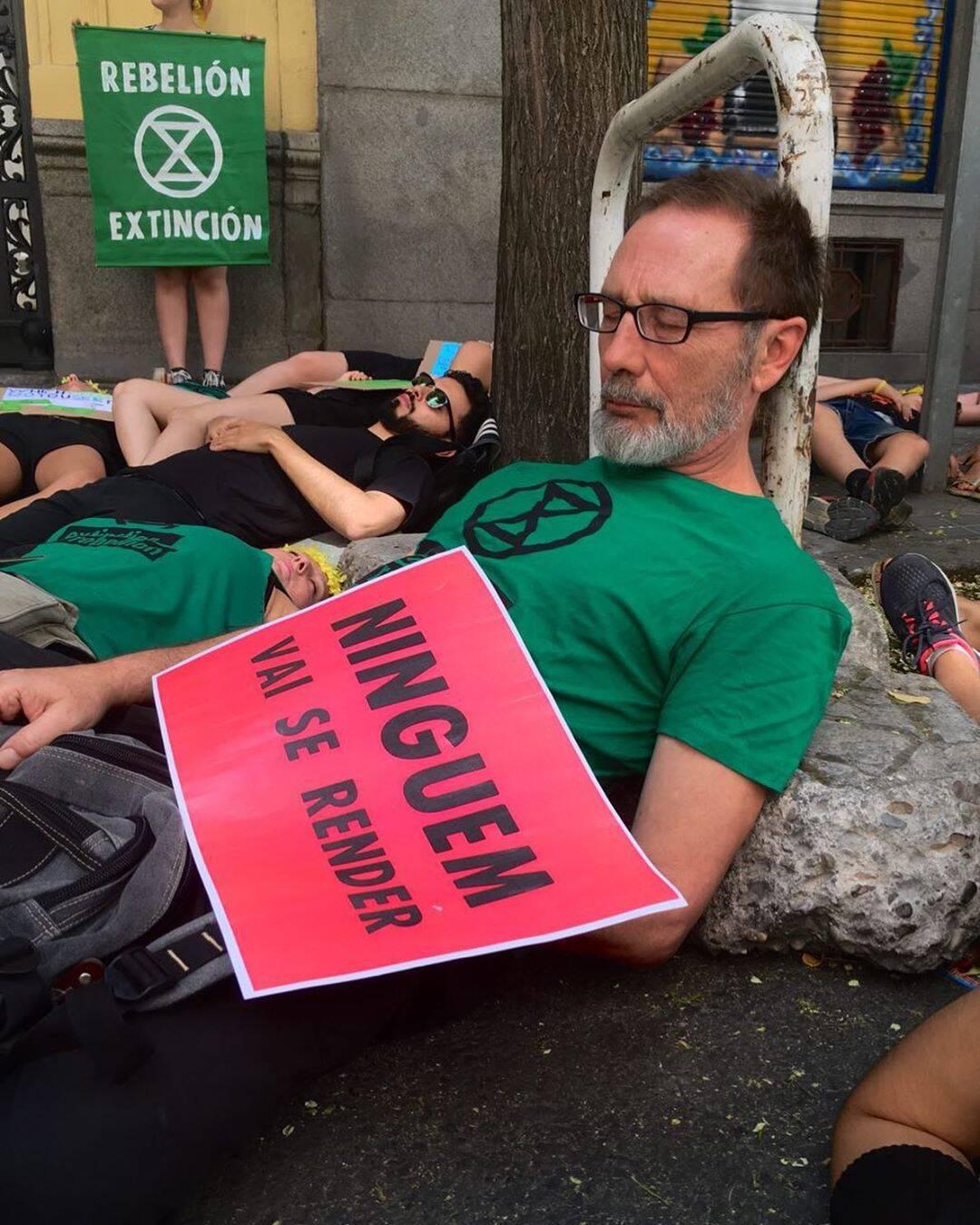 """Protestante espanhol deita no chão: """"Ninguém vai se render"""" /Foto: Reprodução"""
