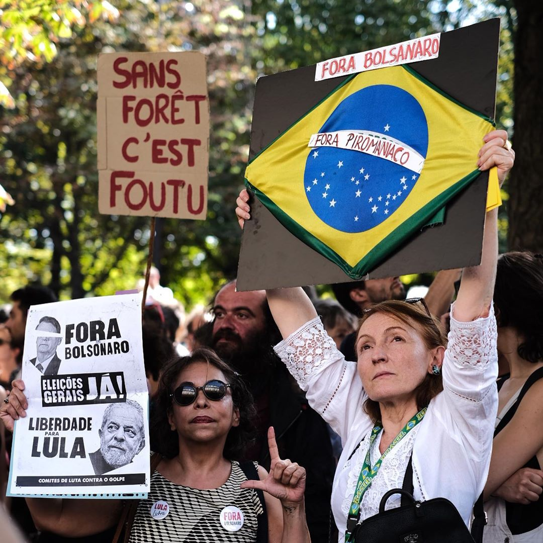 Os protestos na embaixada do Brasil em Paris  /Foto: Reprodução