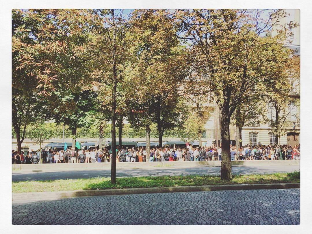 Manifestantes em frente à embaixada brasileira de Paris  /Foto: Reprodução