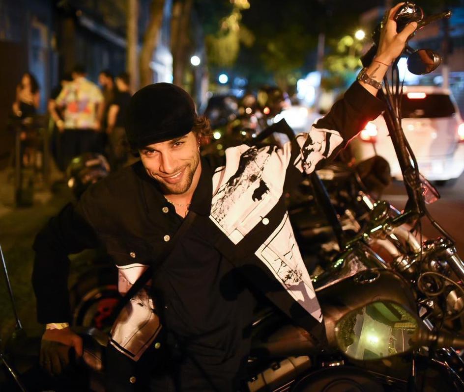 Pablo Moraes com uma das motocicletas / Foto: Ari Kaye