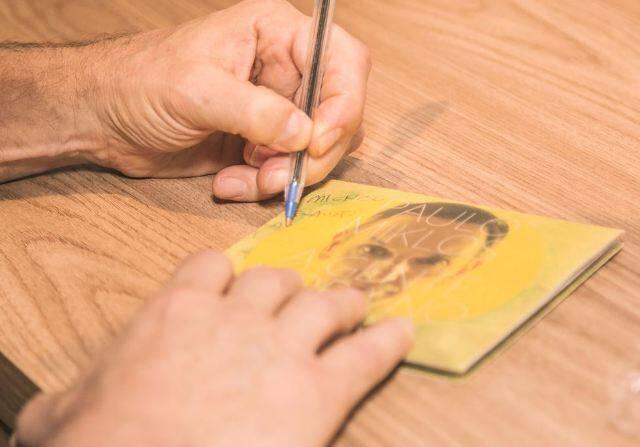Paulo Miklos autografando seu CD