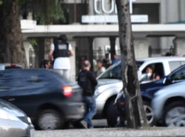 Policiais na frente do Jockey Club