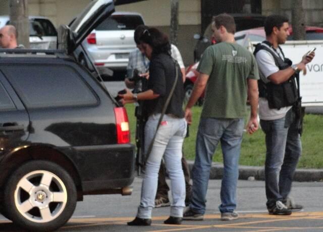 Policiais transferem objetos encontrados para seu próprio carro