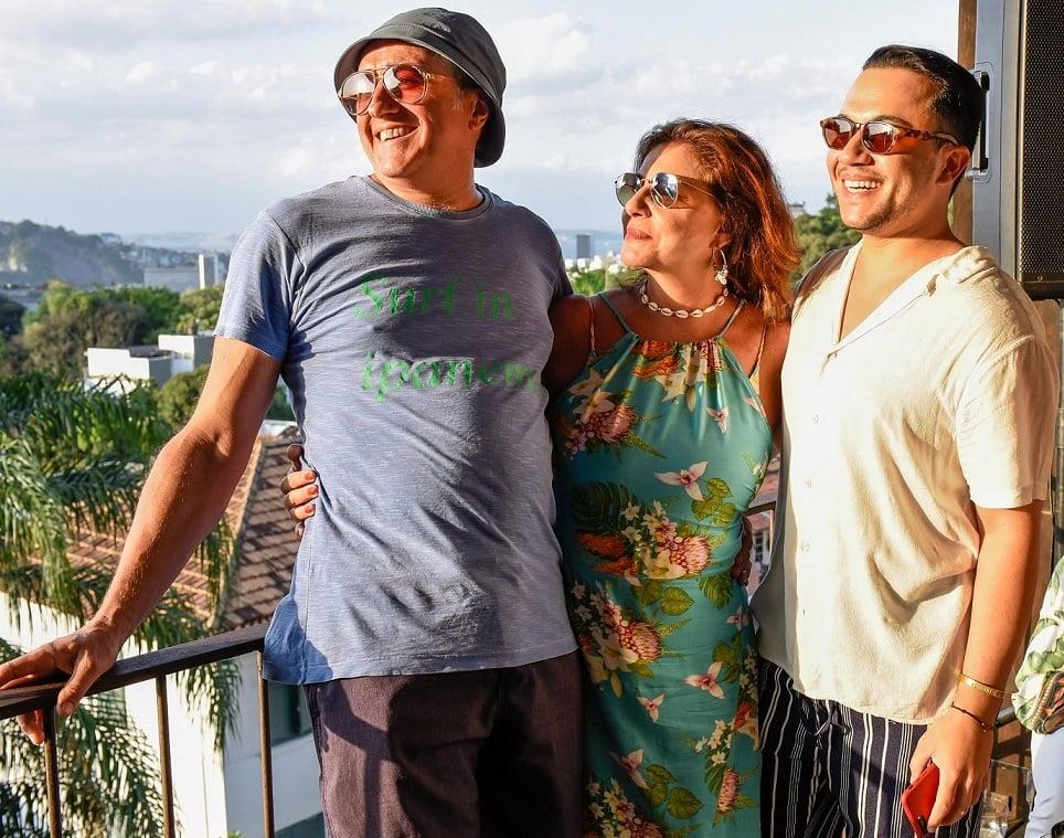 O casal Jeff Svoboda. e Monica Sanches com Vinicius Belo /Foto: Mariama Prieto