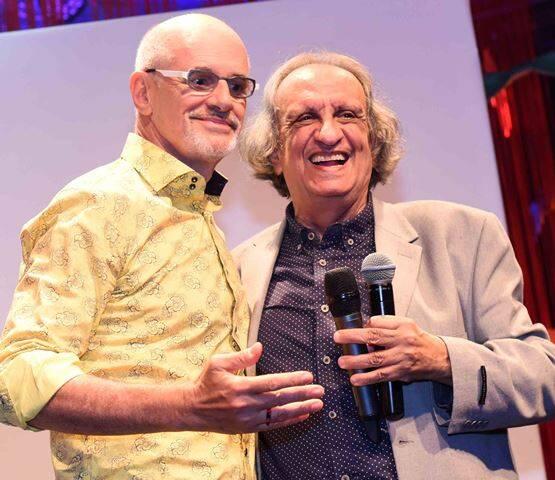 Marcos Caruso recebe o prêmio de melhor espetáculo das mãos de Bemvindo Sequeira