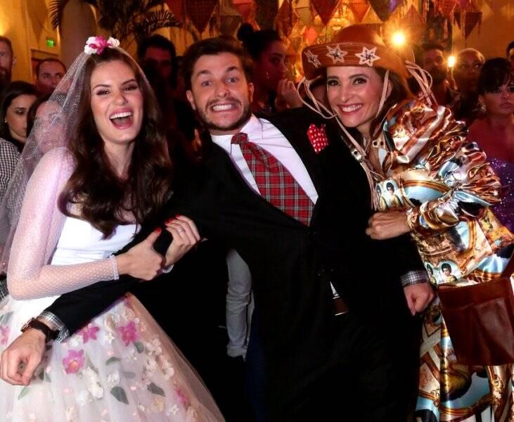 Camila Queiroz e Andrea Natal brigado pelo noivo, Klebber Toledo