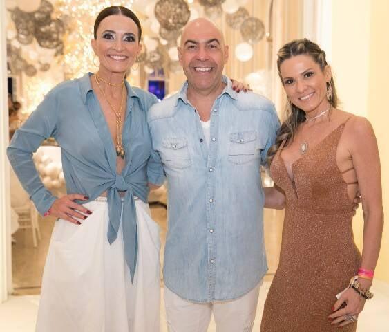 A diretora do Copacabana Palace, Andréa Natal, com o presidente da Riotur, Marcelo e sua mulher, Adriana Alves