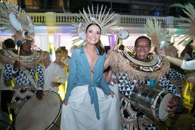 Andréa Natal com a bateria da escola de samba