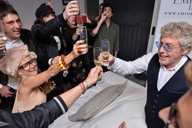 Roger Daltrey brindando com os convidados