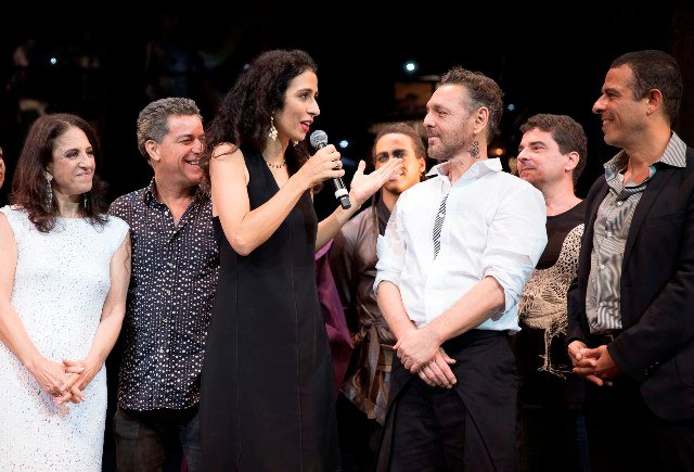 Marisa Montem agradecendo no palco
