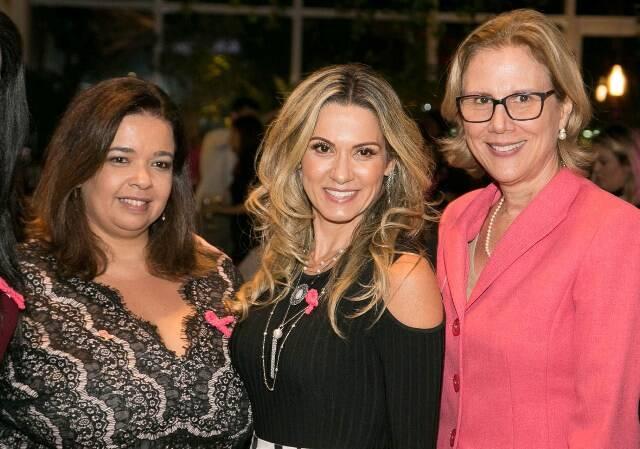 Marcelle Medeiros (presidente voluntária da Fundação Laço Rosa), Adriana Alves (embaixatriz do evento) e Sylvia Crivella (primeira-dama do Rio)