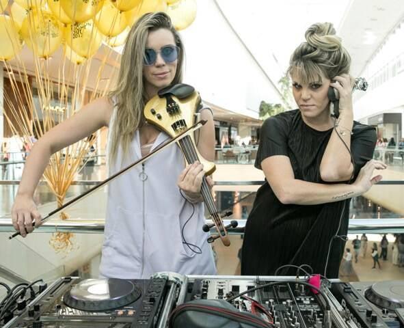 A violinista Daiana Mazza e a DJ Scarlet