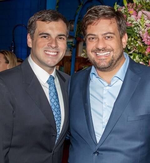 O estilista Sandro Barros com o marido Bruno Astuto