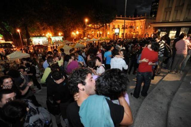 O beijaço está marcado para sábado às 16h, bem em frente ao prédio onde mora o candidato à Presidência Levy Fidelix, em São Paulo / Foto: reprodução da internet