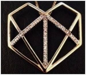 No alto, o pingente original de Patrícia Goodman e, abaixo, três versões de bijuteria da mesma peça / Foto: divulgação