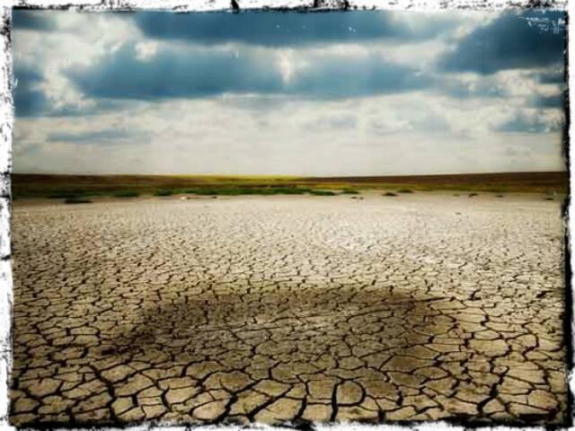 Parece o Nordeste brasileiro, mas é o solo da Califórnia, também afetado pela seca / Foto: reprodução da internet
