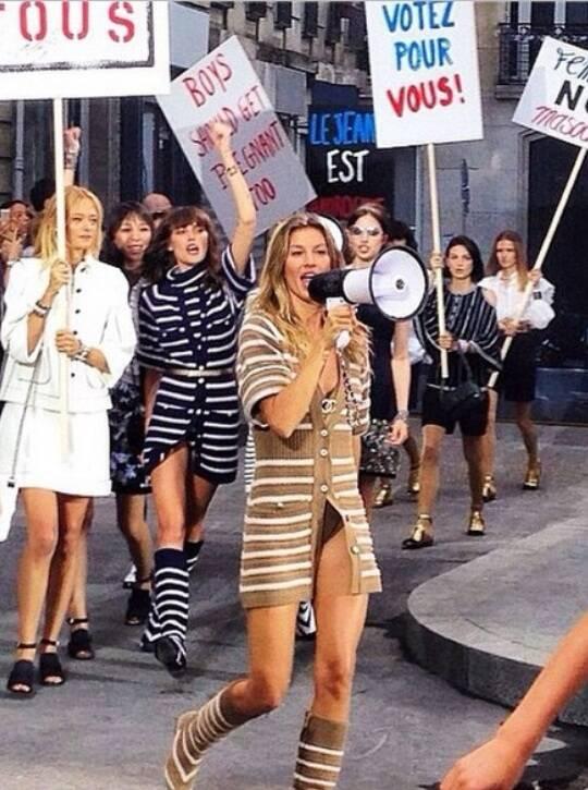Gisele Bündchen desfilando para a Chanel, em Paris, na manhã desta terça-feira (30/09)/ Foto: Instagram