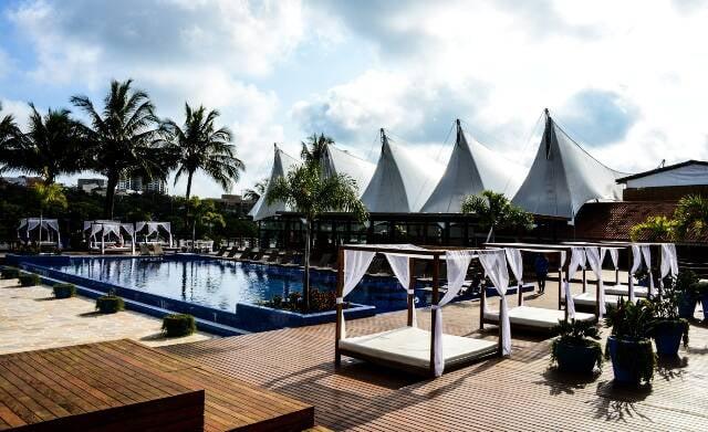 O Naília tem amplo espaço ao ar livre e estrutura de beach club / Foto: divulgação